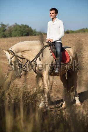 Aantrekkelijk man paardenrug naar afstand Stockfoto © bezikus