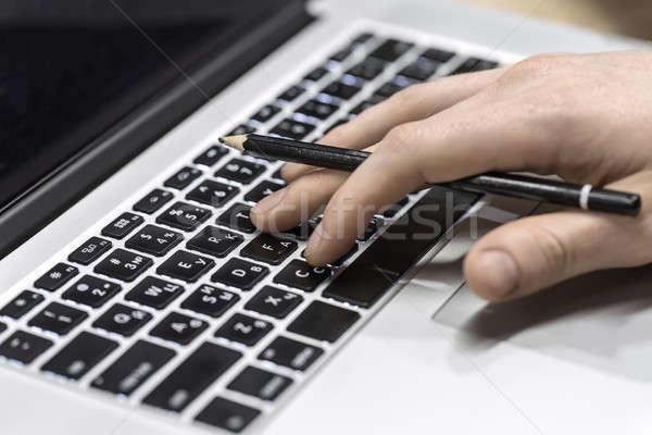 男 ラップトップを使用して 男性 手 鉛筆 ノートパソコン ストックフォト © bezikus