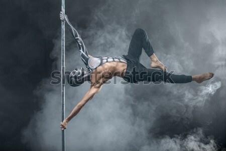 Kobiet słup tancerz stwarzające ciemne studio Zdjęcia stock © bezikus