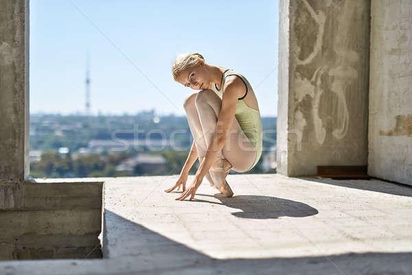 Ballerina poseren gebouw prachtig beton Stockfoto © bezikus
