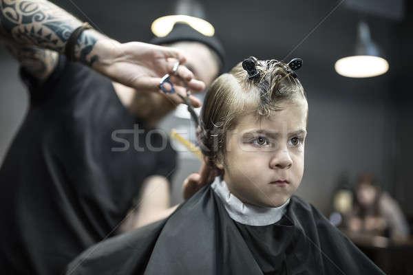 Kapsel klein jongen nadenkend zwarte salon Stockfoto © bezikus