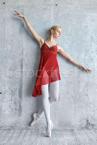 Ballerina beton muur armen Rood Stockfoto © bezikus