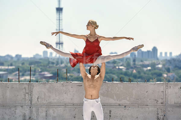 Ballet dansers poseren buitenshuis sterke danser Stockfoto © bezikus