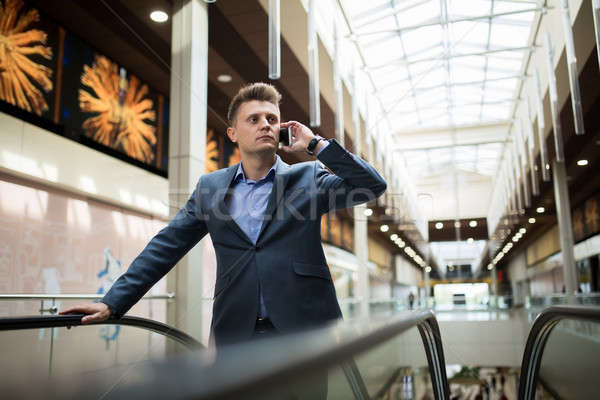 Uomo d'affari buio suit parlando telefono scala mobile Foto d'archivio © bezikus