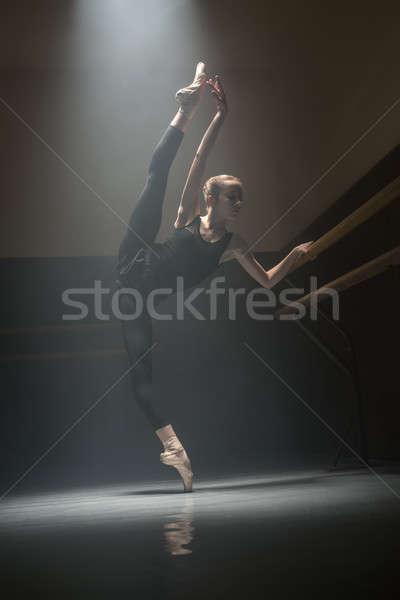 Ballerina osztály szoba csinos póz zuhan Stock fotó © bezikus