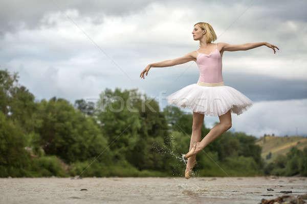 Ballerina springen boven rivier verrukkelijk ondiep Stockfoto © bezikus