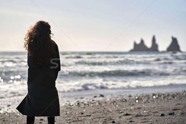 Meisje poseren strand vrouw zwarte zand Stockfoto © bezikus