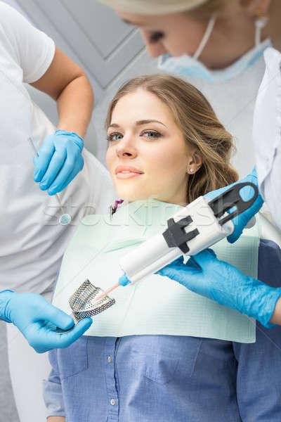 Menina odontologia sorridente azul camisas paciente Foto stock © bezikus
