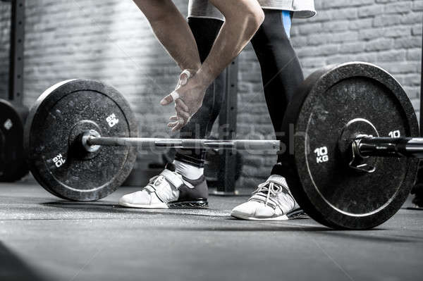 Exercício barbell belo foto mãos pernas Foto stock © bezikus