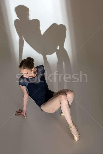 Portret vergadering vloer bevallig ballerina studio Stockfoto © bezikus