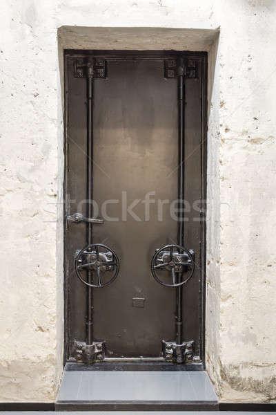 Eski kapı Metal iki beton duvar Stok fotoğraf © bezikus