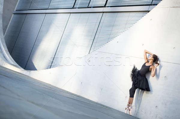 Atraente bailarina posando ao ar livre delicioso Foto stock © bezikus