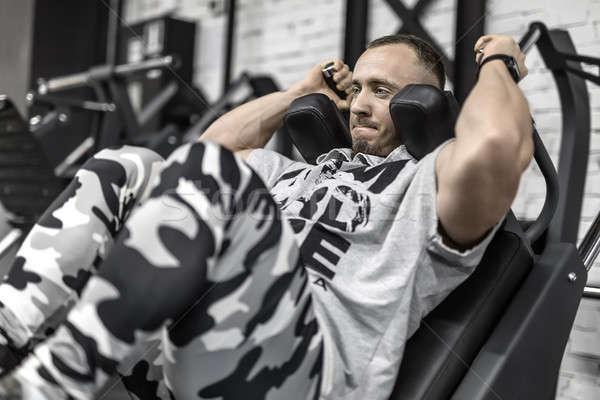 Brutal entrenamiento gimnasio tenso muscular hombre Foto stock © bezikus