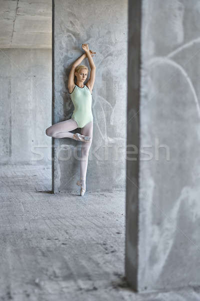 Ballerina poseren gebouw blond beton Stockfoto © bezikus