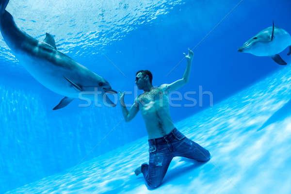 Mannen twee dolfijn rond bodem oog Stockfoto © bezikus