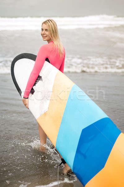 Lány szörfdeszka tengerpart mosolyog szőke nő víz Stock fotó © bezikus
