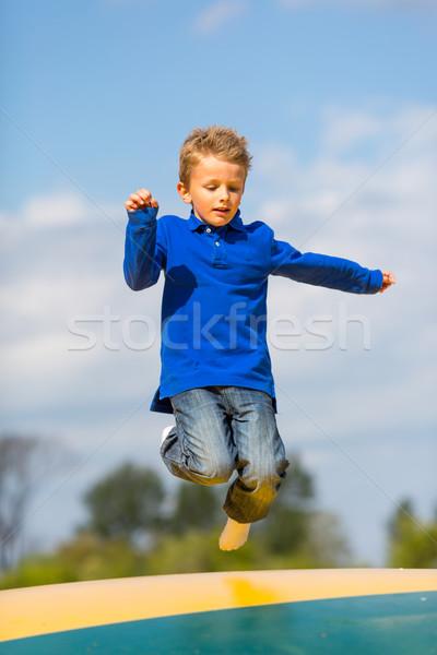 Jumping ragazzo up giù estate blu Foto d'archivio © bigandt