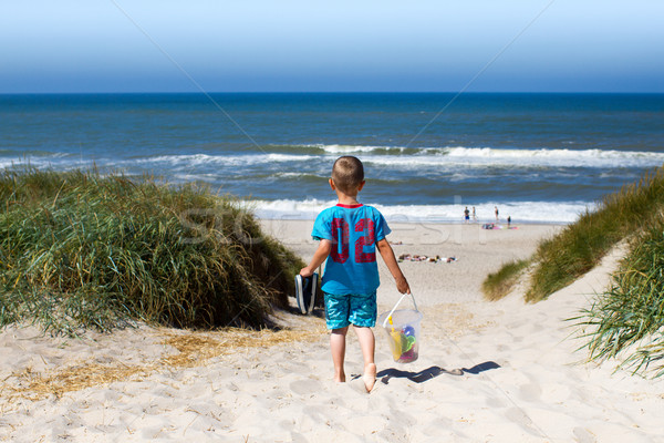 Boy walking towards beach Stock photo © bigandt
