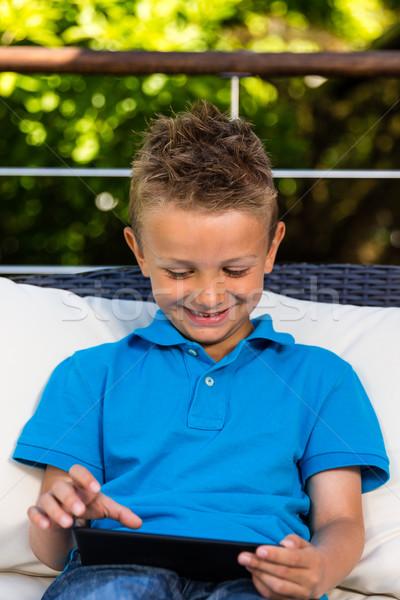 Fiatal srác tabletta kaukázusi fiú ül kívül Stock fotó © bigandt