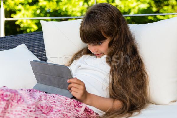 Fiatal lány tabletta kaukázusi lány játszik kint Stock fotó © bigandt