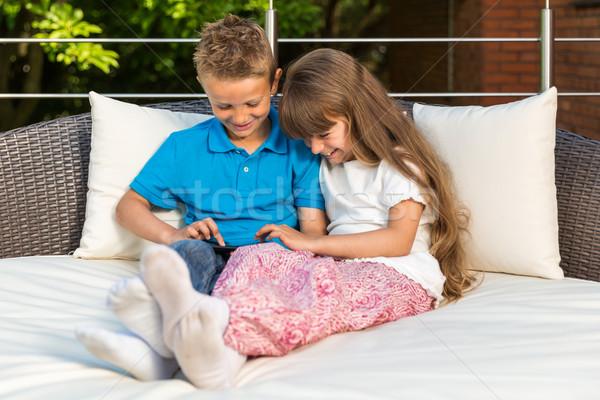 Kettő gyerekek osztás tabletta fiú lány Stock fotó © bigandt