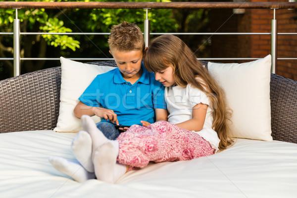 Stock fotó: Testvérek · tabletta · fiú · lány · ül · belső · udvar