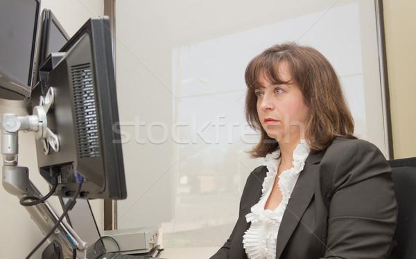 деловой женщины сидящий столе глядя контроля женщину Сток-фото © bigjohn36
