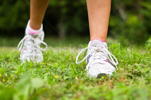 Loopschoenen vrouwelijke runner vrouw meisje Stockfoto © bigjohn36