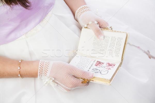 Młoda dziewczyna czytania modlitwy książki hiszpanski tekst Zdjęcia stock © BigKnell