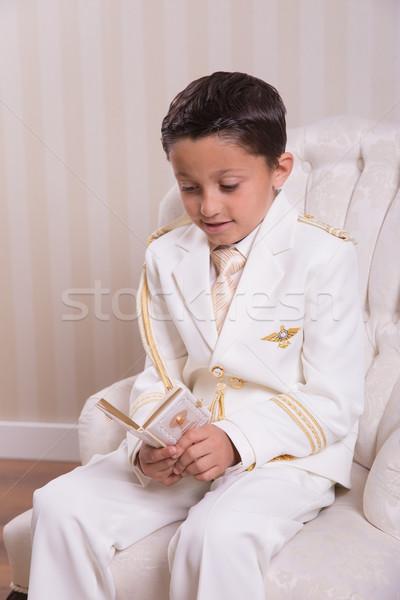 Lettura preghiera libro seduta poltrona Foto d'archivio © BigKnell