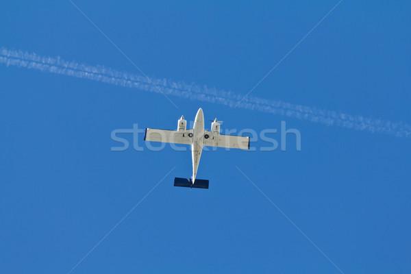 świetle samolotów poniżej Błękitne niebo jet samolot Zdjęcia stock © BigKnell