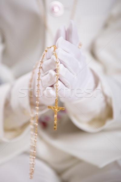 Kezek fehér kesztyű tart arany rózsafüzér Stock fotó © BigKnell