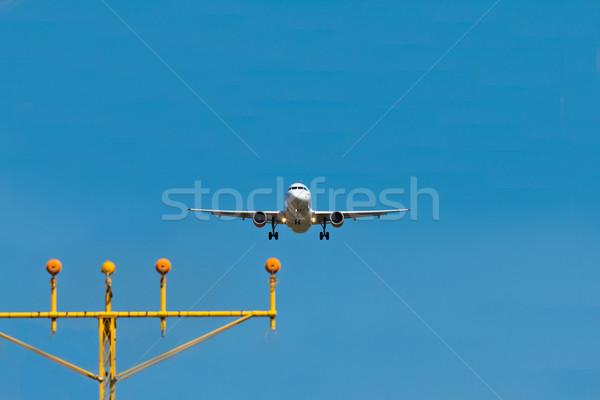 Samolot lądowanie światła Błękitne niebo działalności świetle Zdjęcia stock © BigKnell