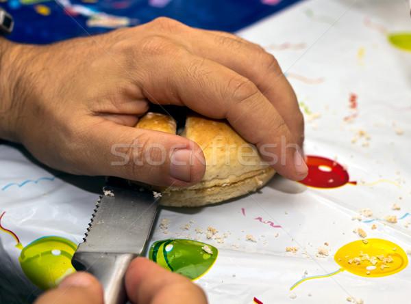 Człowiek cięcie chleba urodziny przekąska strony Zdjęcia stock © BigKnell