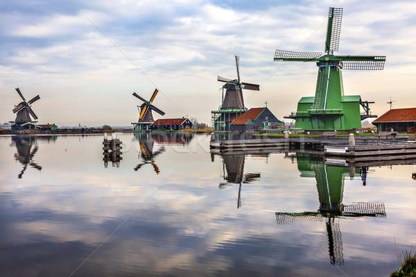 Reflexão rio aldeia velho moinho de vento Foto stock © billperry