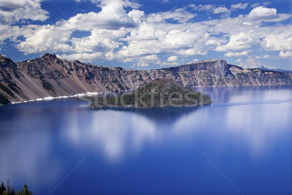 Ilha cratera lago reflexão nuvens blue sky Foto stock © billperry