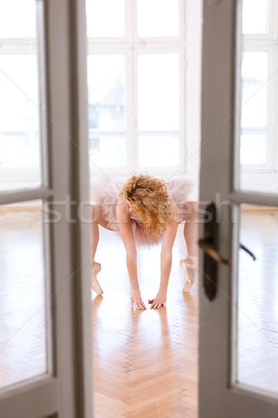 Nehézség balett pozició fiatal ballerina nő Stock fotó © blanaru