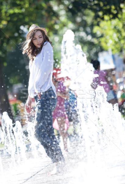 özgürlük dikkatsiz genç kadın oynama su parkı Stok fotoğraf © blanaru