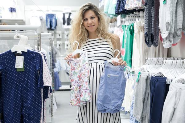 Een kiezen jonge zwangere vrouw naar baby Stockfoto © blanaru