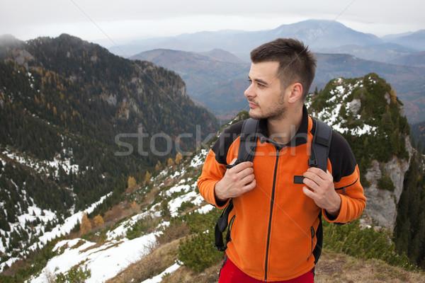 Joven montanas superior ir de excursión otono toma Foto stock © blanaru