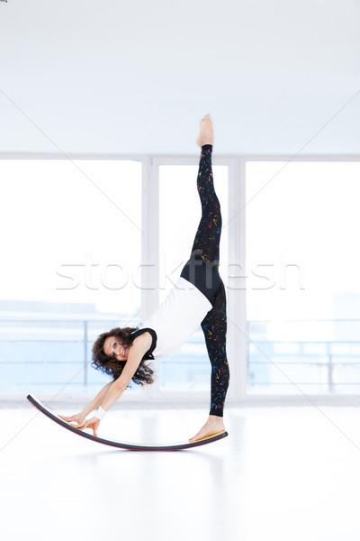 Fitness mulher bonita exercer novo conselho feliz Foto stock © blanaru
