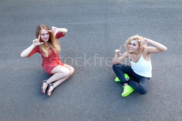 Feliz meninas sessão calçada Foto stock © blanaru