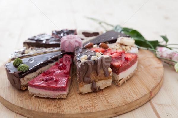 Verschillend ruw veganistisch gebak houten plaat Stockfoto © blanaru