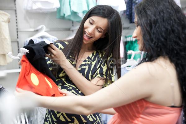 Szczęśliwy oczekiwania młodych ciąży kobiet patrząc Zdjęcia stock © blanaru