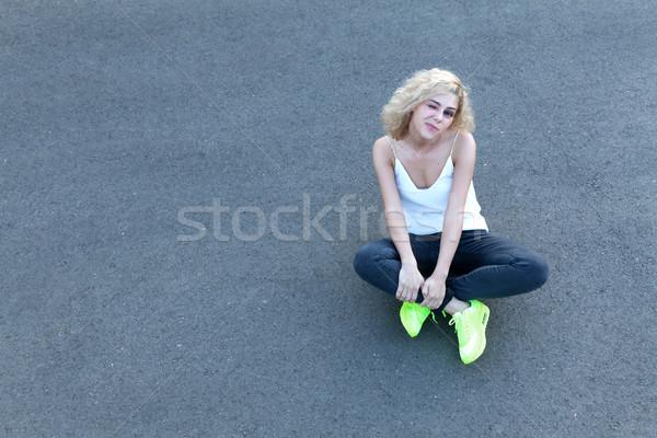 Stílus egyszerű kitűnik a tömegből emotikon lány ül Stock fotó © blanaru