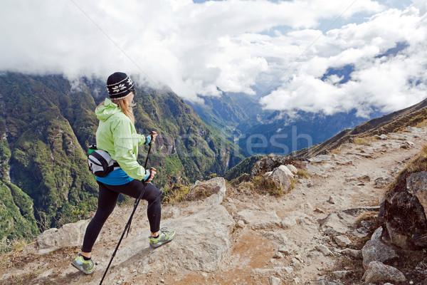 Stok fotoğraf: Kadın · yürüyüş · dağlar · genç · kadın · uzun · yürüyüşe · çıkan · kimse