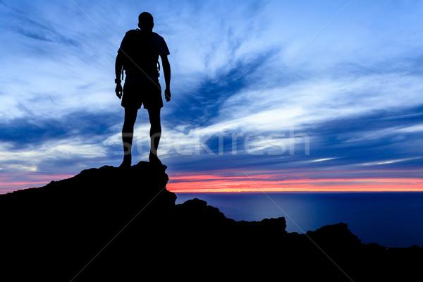 Foto stock: Motivación · libertad · puesta · de · sol · silueta · hombre · senderismo