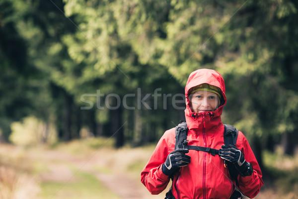 Vrouw wandelen najaar bos portret meisje Stockfoto © blasbike