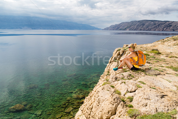 Vrouw wandelaar rugzak wandelen bergen Stockfoto © blasbike