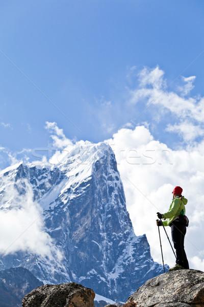 Nő kirándulás Himalája hegyek fiatal nő természetjáró Stock fotó © blasbike